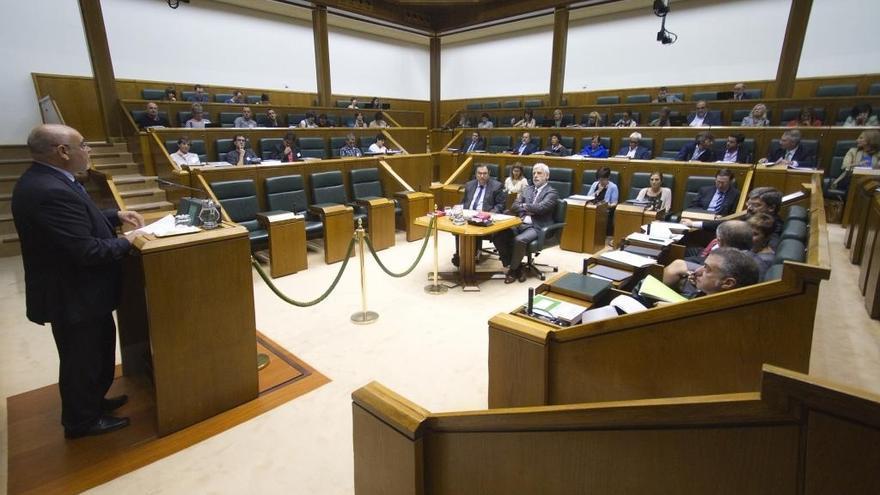Parlamento pide a Urkullu que use el autogobierno para no aplicar la congelación salarial a funcionarios en 2014