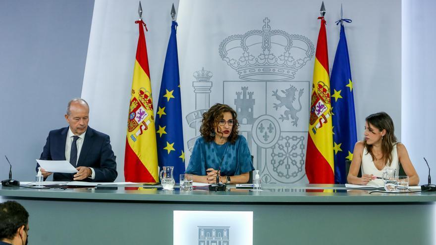 (I-D) El ministro de Justicia, Juan Carlos Campo; la ministra Portavoz, María Jesús Montero; y la ministra de Igualdad, Irene Montero, comparecen tras la reunión del Consejo de Ministros en Moncloa, a 29 de junio de 2021, en Madrid (España).
