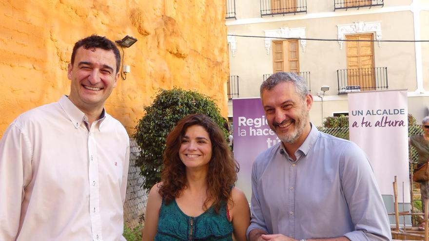 El candidato a la alcaldía de Murcia por Podemos, Ginés Ruiz, la número dos de la formación al Ayto. de Murcia, Clara Martínez Baeza, y Óscar Urralburu, candidato a la presidencia de la CARM y secretario general del partido en Murcia