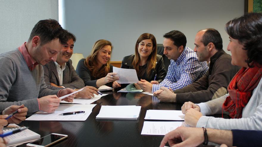 Buruaga y su equipo en la primera reunión del Comité de Dirección del PP de Cantabria.