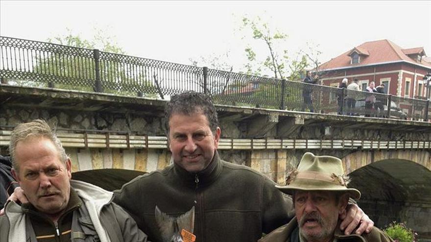 El campanu, un salmón de casi nueve kilos, pescado en el río Sella