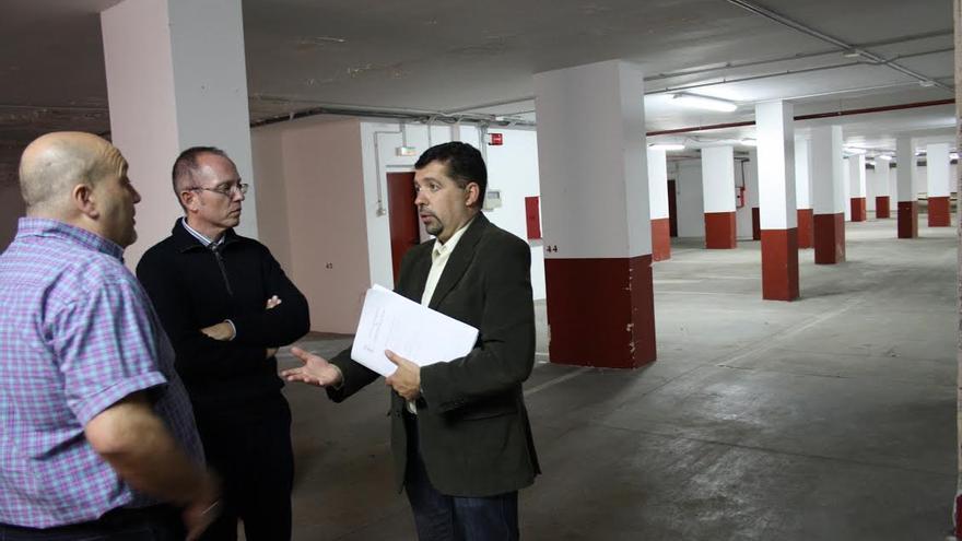 Imagen de archivo de Juan José Cabrera Guelmes en una visita a los garajes de la urbanización Los Nacientes.