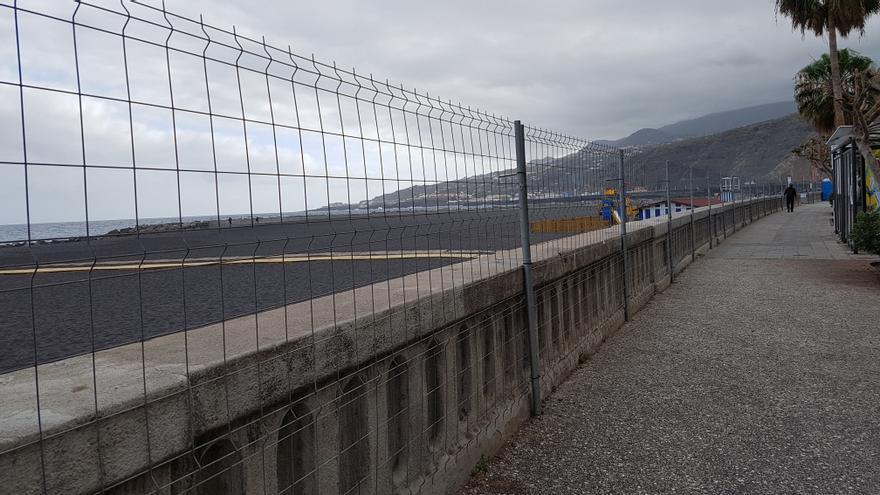 La playa de Santa Cruz de La Palma, como otros años, ha sido vallada para impedir el acceso a la misma el Día de Los Indianos y, asimismo, durante las citas más concurridas del carnaval de la capital.