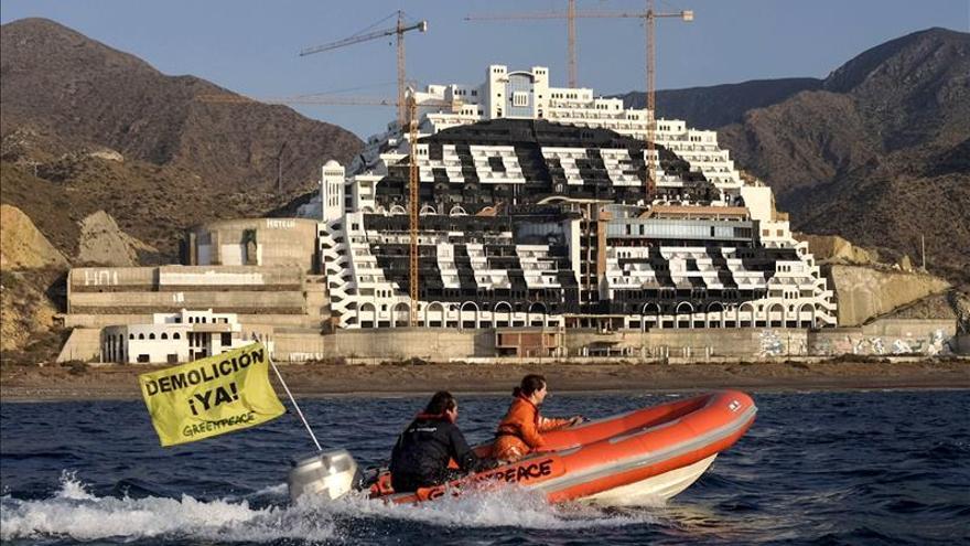 Greenpeace termina de pintar de negro la fachada del Algarrobico