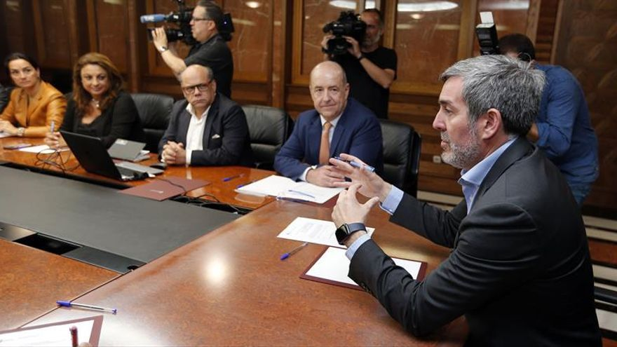 El presidente del Gobierno de Canarias, Fernando Clavijo (d), reunió este miércoles a su Consejo Asesor.