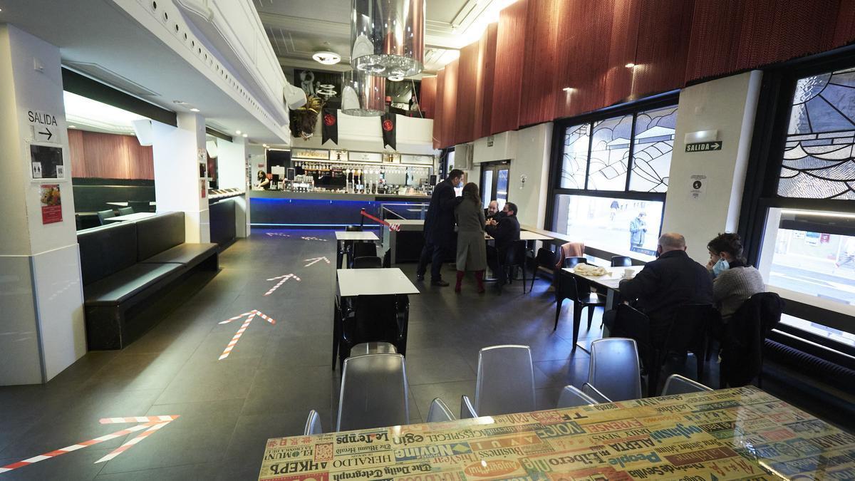 Archivo - Interior de un bar con medidas de seguridad