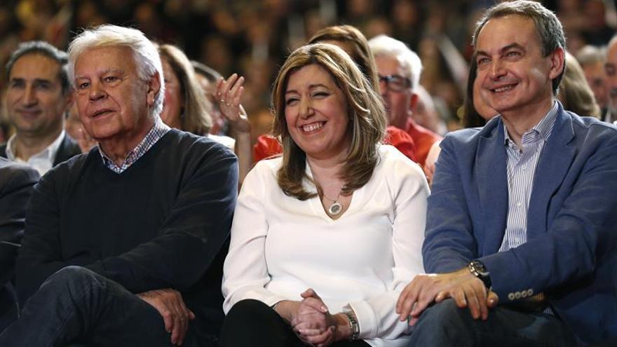 Susana Díaz, junto a los expresidentes del gobierno José Luis Rodríguez Zapatero y Felipe González, en la presentación de su candidatura en Madrid.