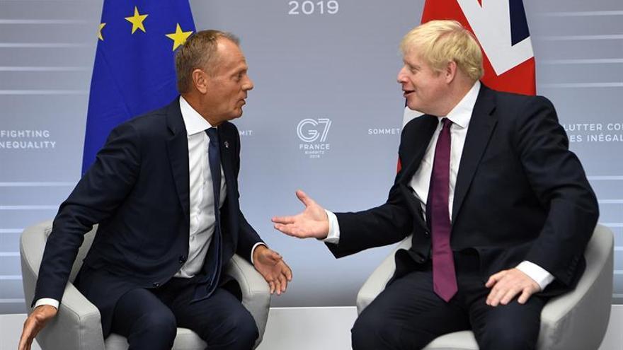 El primer ministro británico, Boris Johnson, (dcha) durante el encuentro bilateral con el presidente del Consejo Europeo Donald Tusk.