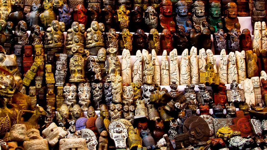 Los amuletos prehispánicos se amontonan en una de las tiendas del Mercado de Las Brujas de La Paz.