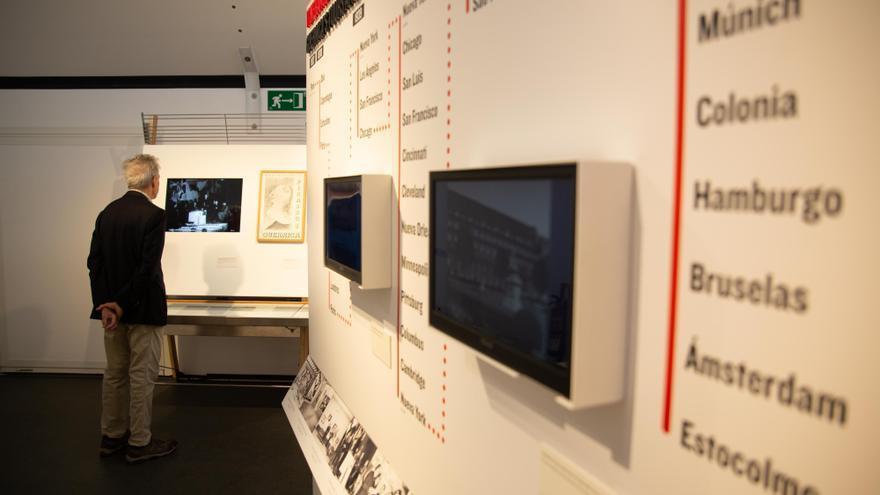 Un visitantes a la muestra, este lunes en Santa Cruz de Tenerife
