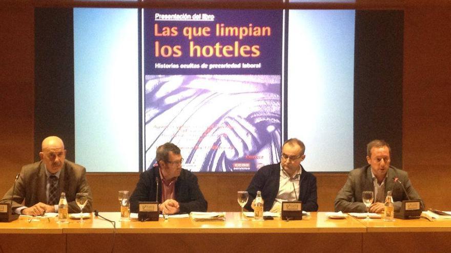 Representantes de CCOO y de UGT durante la presentación del libro.