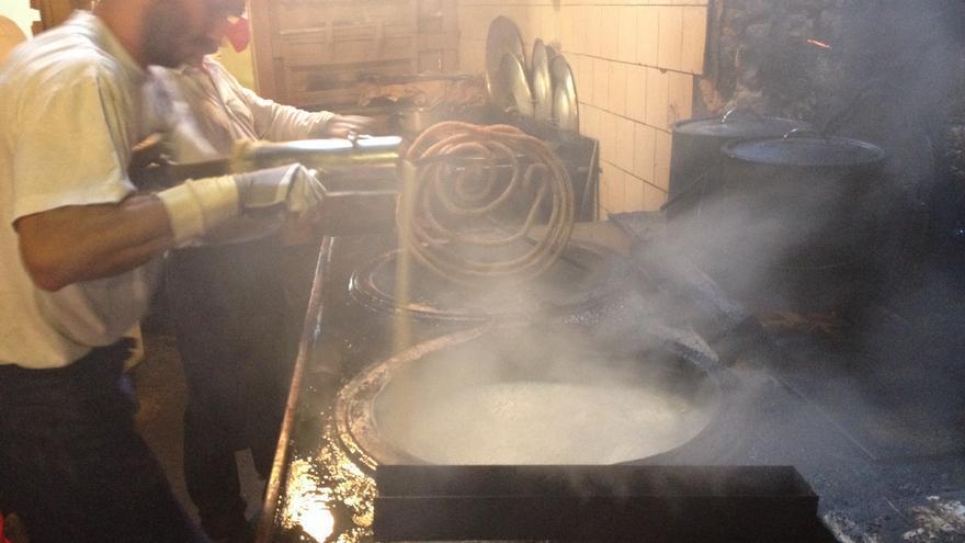 Mikel Elizalde prepara unos churros en La Mañueta.
