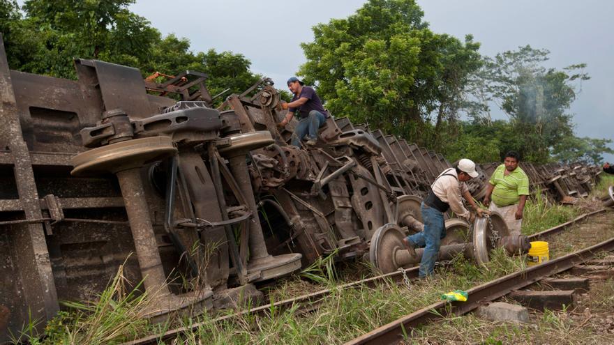 Varios hombres trabajan en las labores de rescate tras el descarrilamiento del tren de mercancías La Bestia en México. / Christian Palma (AP)