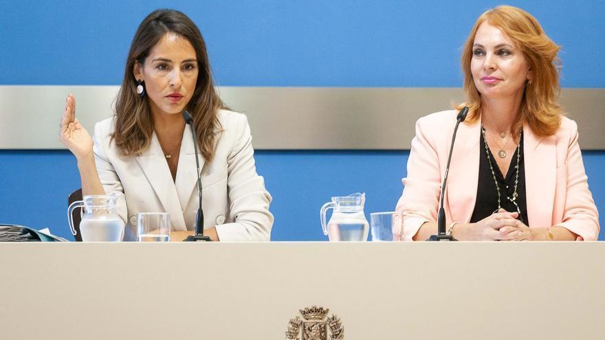 La consejera de Hacienda, María Navarro (PP) -izqda-, y la de Economía, Carmen Herrarte (Ciudadanos)