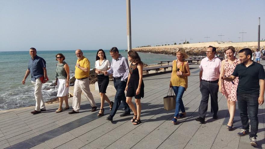 Ximo Puig y su equipo pasean antes de la segunda jornada del seminario del Consell en Torrevieja.