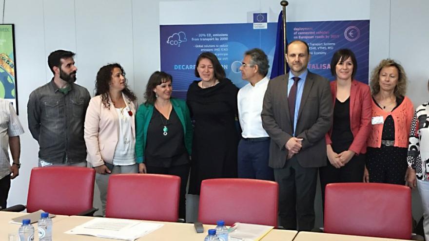 La comisaria europea de Transporte, Violeta Bulc, de negro, en una de sus varias reuniones con víctimas del Alvia y representantes del BNG