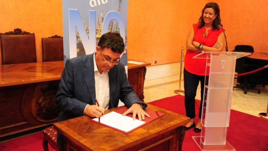 Enric Morera firma contra las prospecciones petrolíferas en presencia de Ana Kringe, alcaldesa de Dénia.
