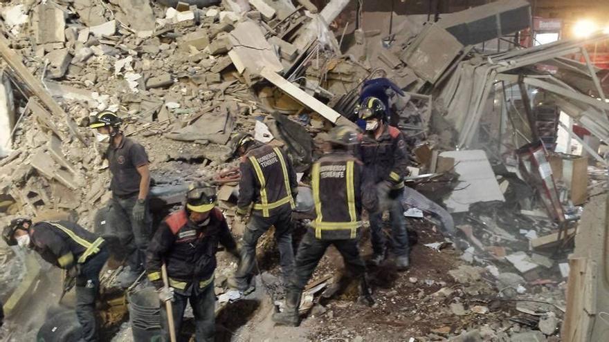 Tareas de rescate en el edificio derrumbado en Los Cristianos