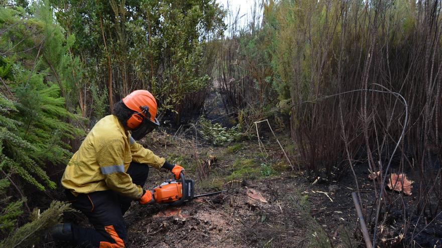 Un miembro del dispositivo contraincendios, este viernes, en la zona afectada por el  fuego.