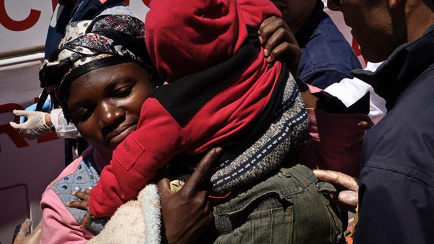 Una madre y su hijo rescatados en el mar tras el hundimiento de su barco en el Mediterráneo, mayo de 2011 © UNHCR/F. Noy