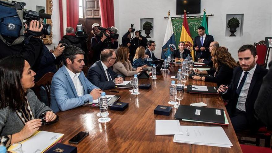 El presidente del Gobierno de Canarias, Fernando Clavijo (c), junto al alcalde del Ayuntamiento de Teguise, Oswaldo Betancor (d), durante la reunión del Consejo de Gobierno celebrado en el Museo del Timple de Teguise