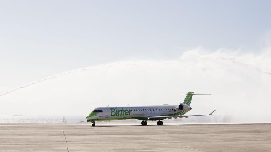 El avión bautizado con el nombre 'Islas Canarias' tiene capacidad para 100 pasajeros.