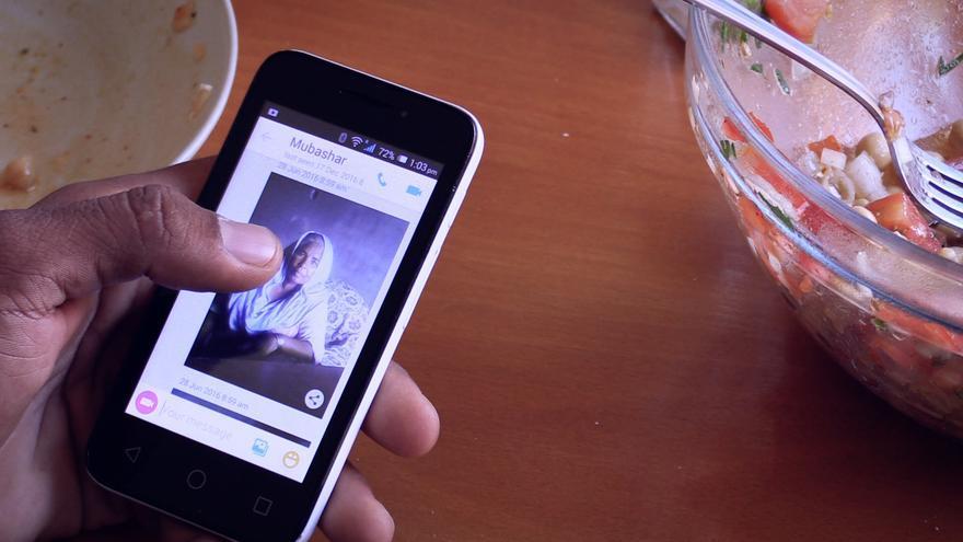 Naveed nos muestra en su móvil una foto de su madre que vive en Pakistán