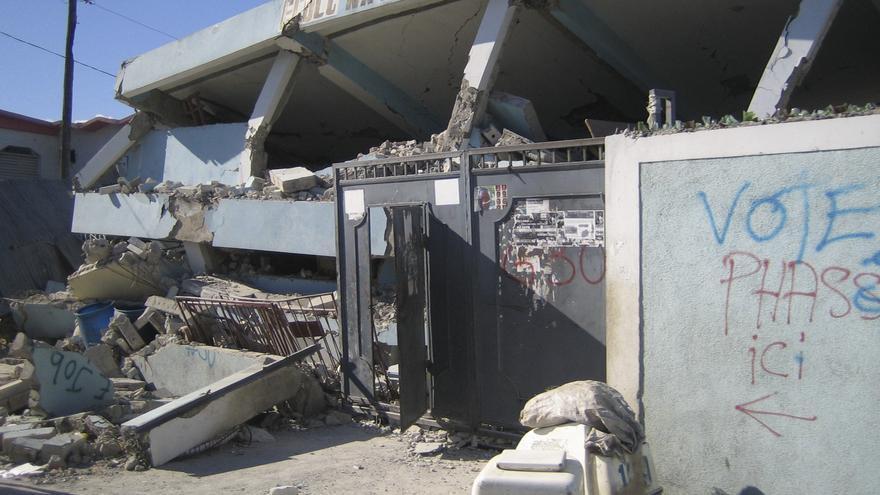 13 de enero de 2010. Se estima que el sismo afectó a más de tres millones de personas y más de 300.000 fallecimientos. Escuela Nacional de Cité Soleil, Puerto Príncipe. Fotografía: Stefano Zannini