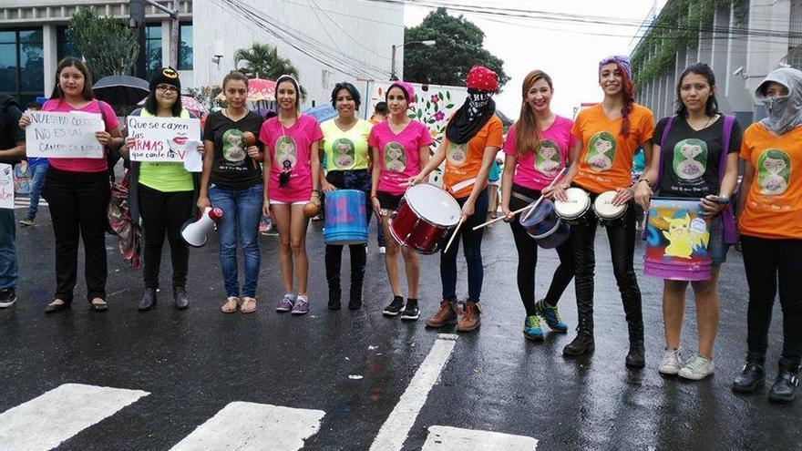 La batucada de Red de mujeres Jovenes Feministas, colectivo al que pertenece Erika García.