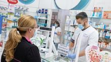 Farmacias: La vuelta a la normalidad con mascarilla y desde una mampara