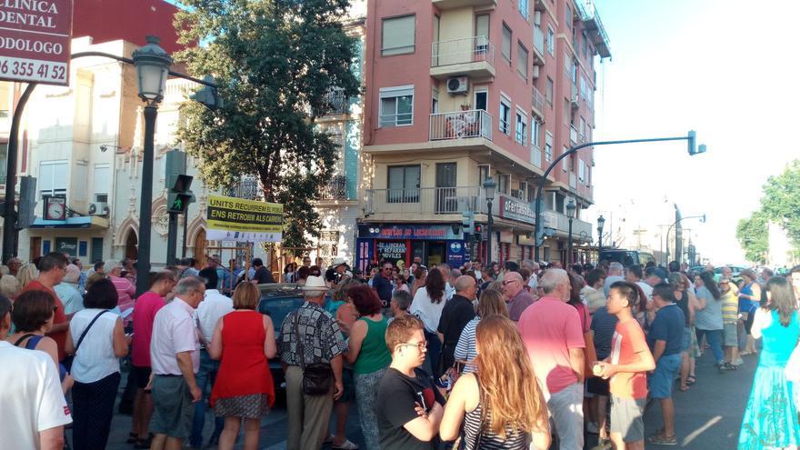 Decenas de vecinos del Cabanyal en la concentración de protesta
