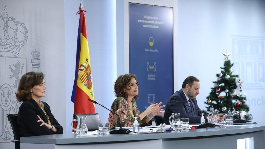 (I-D) La vicepresidenta primera del Gobierno, Carmen Calvo; la ministra portavoz y de Hacienda, María Jesús Montero; y el ministro de Transportes, José Luís Ábalos, comparecen en rueda de prensa posterior al Consejo de Ministros.