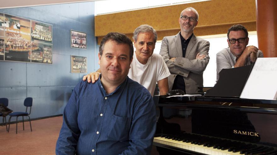 Luis Morera con los directores de orquesta.