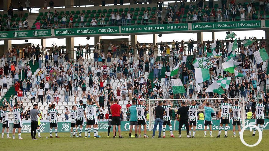 Jugadores del Córdoba junto a la afición tras la victoria