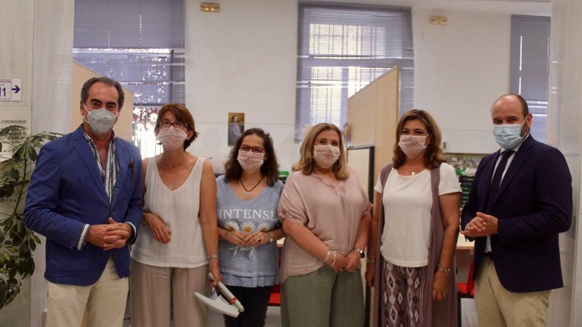 Los delegados con el personal de la Oficina de Atención Ciudadana con sus mascarillas transparentes para facilitar la comunicación con los ciudadanos con algún tipo de discapacidad auditiva.