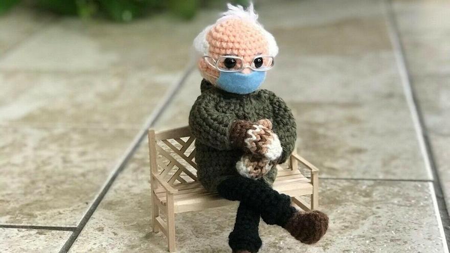 Fotografía publicada por Tobey Perales King en la plaforma ebay donde aparece el muñeco de croché inspirado en la famosa foto del senador por Vermont y exaspirante presidencial Bernie Sanders.