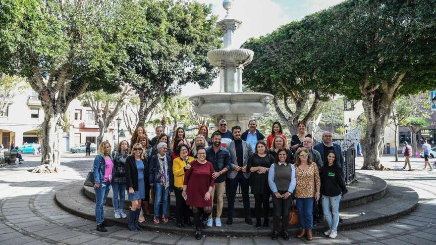 El alcalde de La Laguna Luis Yeray Gutiérrez junto Manuel Artiles, fundador de Mírame TV, y representantes de las ONG.