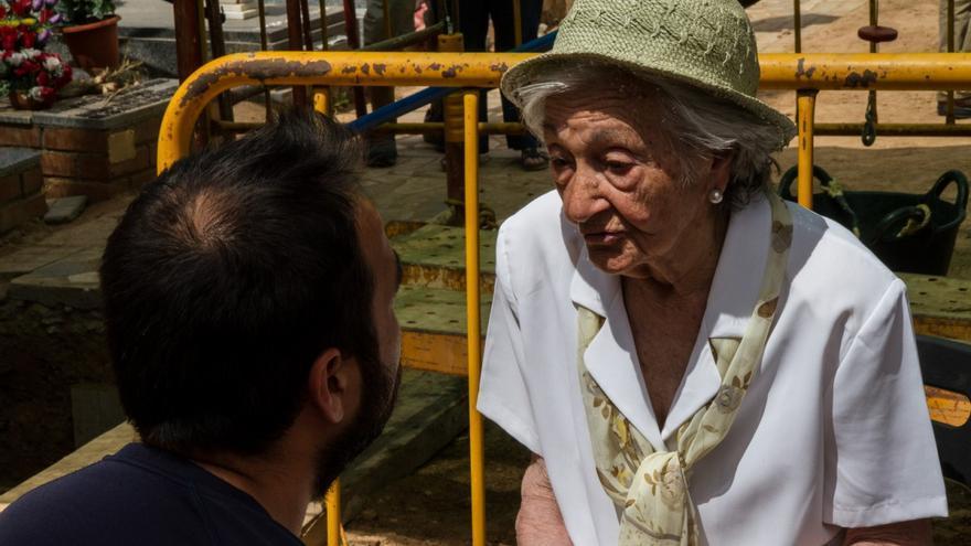 Un arqueólogo de la ARMH conversa con Ascensión Mendieta, en el cementerio de Guadalajara