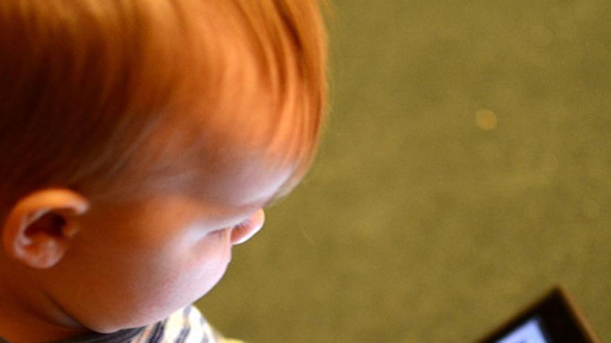 Bebé manejando una tablet (Foto: Henriksent | Flickr)