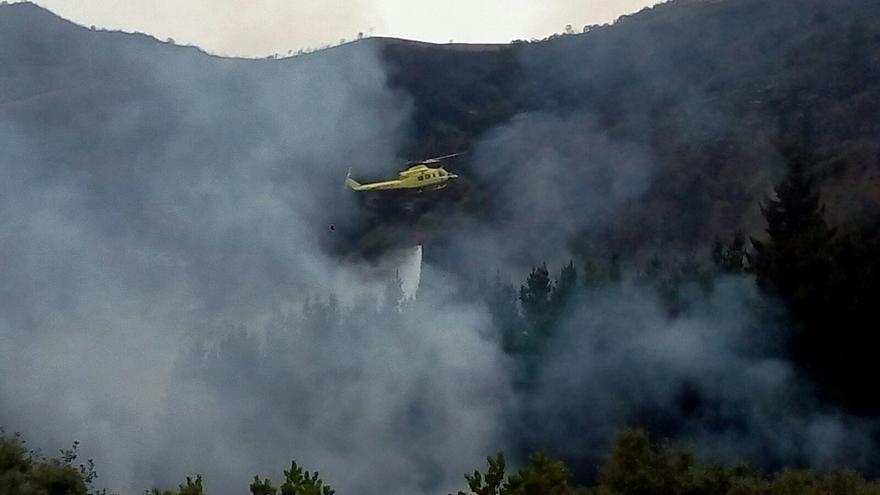 Cuatro incendios forestales permanecen activos en Cantabria, de los 17 registrados
