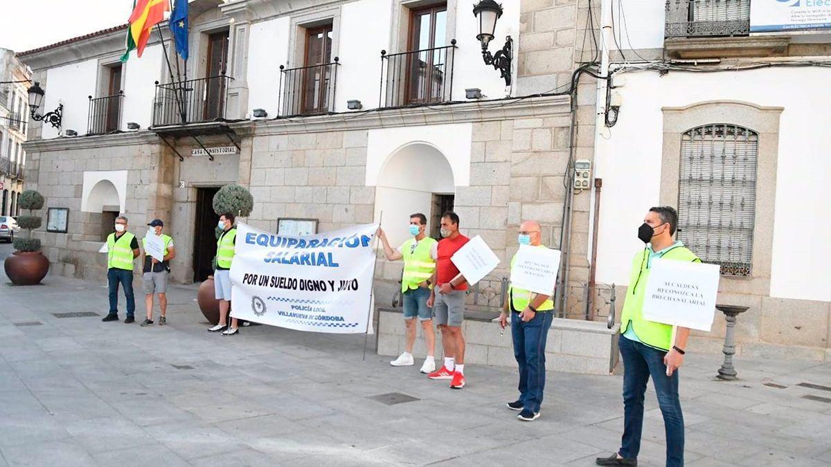 Policías locales de Villanueva de Córdoba durante una protesta.