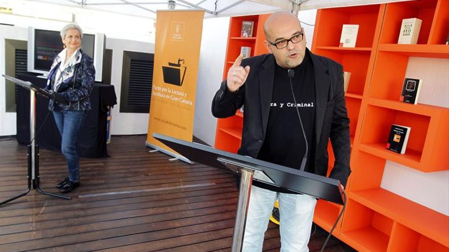 El escritor canario Alexis Ravelo recita unos poemas del recientemente fallecido Leopoldo María Panero durante el homenaje que hoy le tributaron