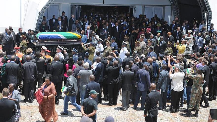 Una multitud acompaña el féretro que transporta los restos mortales de Nelson Mandela. EFE