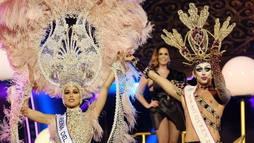 La Reina del Carnaval de Las Palmas, Ana Suárez, y el Drag Queen 2017, Drag Shetlas. EFE