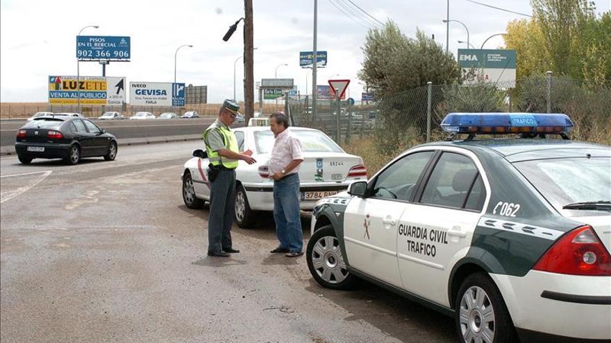 Dos denunciados por sacar medio cuerpo del coche mientras estaba en marcha