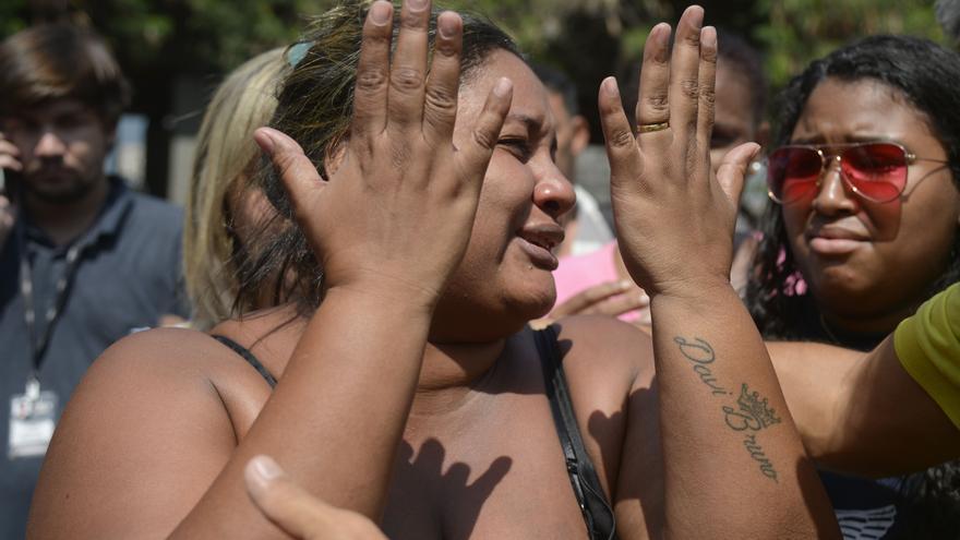 Luciana dos Santos Nogueira, esposa del músico Evaldo Rosa dos Santos, asesinado en la operación del Ejército brasileño, en el Instituto Médico Legal.