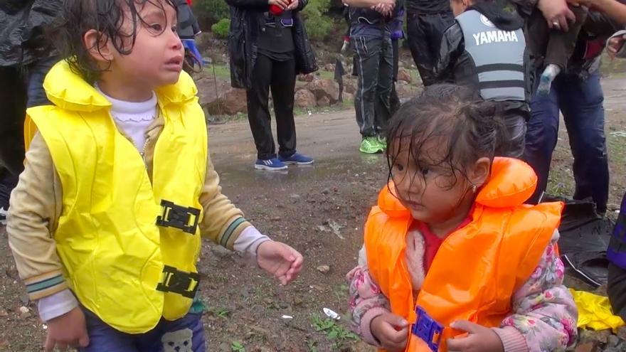 Dos niños recién llegados de su travesía en lancha por el mar en medio de un temporal en Lesbos / Imagen de vídeo de Mikel Konate