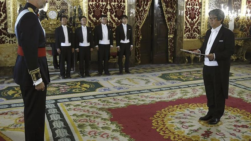 Felipe VI recibe las credenciales del nuevo embajador de Japón