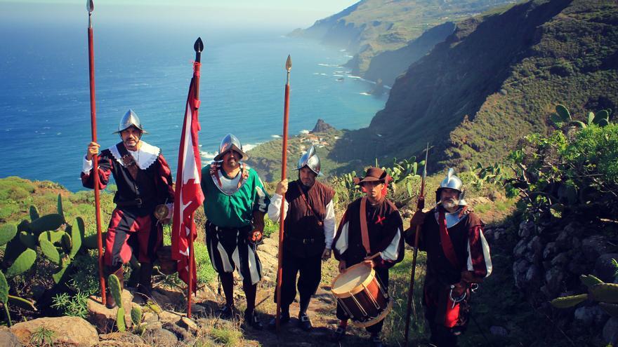 Miembros de Los Doce de Su Majestad con el enclave costero de La Fajana al fondo.