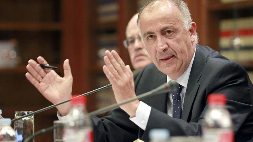 El consejero de Presidencia del Gobierno de Canarias, Francisco Hernández Spínola, durante una de sus intervenciones en la comisión parlamentaria en la que compareció este lunes. EFE/Cristóbal García